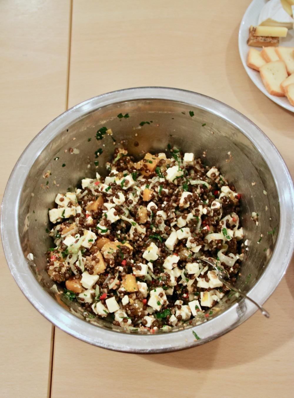 Salatkäse auf Linsensalat