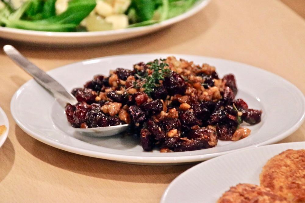 Käsetaler mit Nuß-Cranberry-Salsa