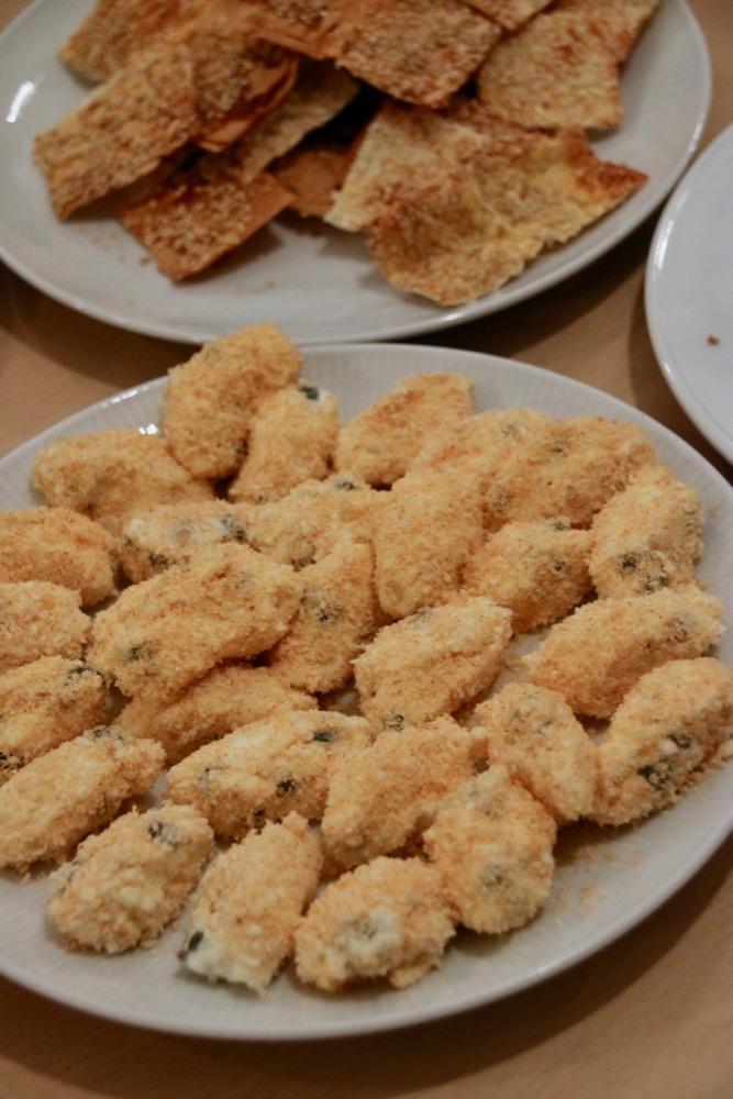 Käsenockerl mit Kapern und selbstgemachten Filoteig-Sesam-Crackern