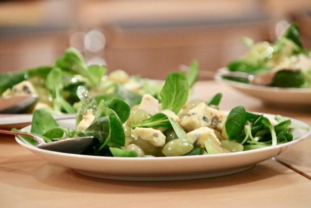 Feldsalat mit Trauben, Brezn-Crostini und Blauschimmelkäse
